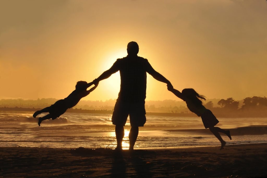 و لا شك ان دور الأب الرئيسي هو أن يهتم بتوفير الحياة الكريمة لأسرته ولكن مع هذا الدور الرئيسي لابد من مساعدة زوجته فى تربية الأبناء