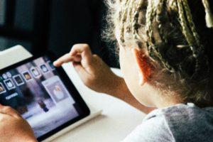 الألعاب تصمم للأطفال و هم أكثر من يهتم بها و بأدق التفاصيل فى كل لعبة من هذه النقطة يمكن الإنطلاق لتعليم الأطفال أهم أساسيات برمجة الألعاب